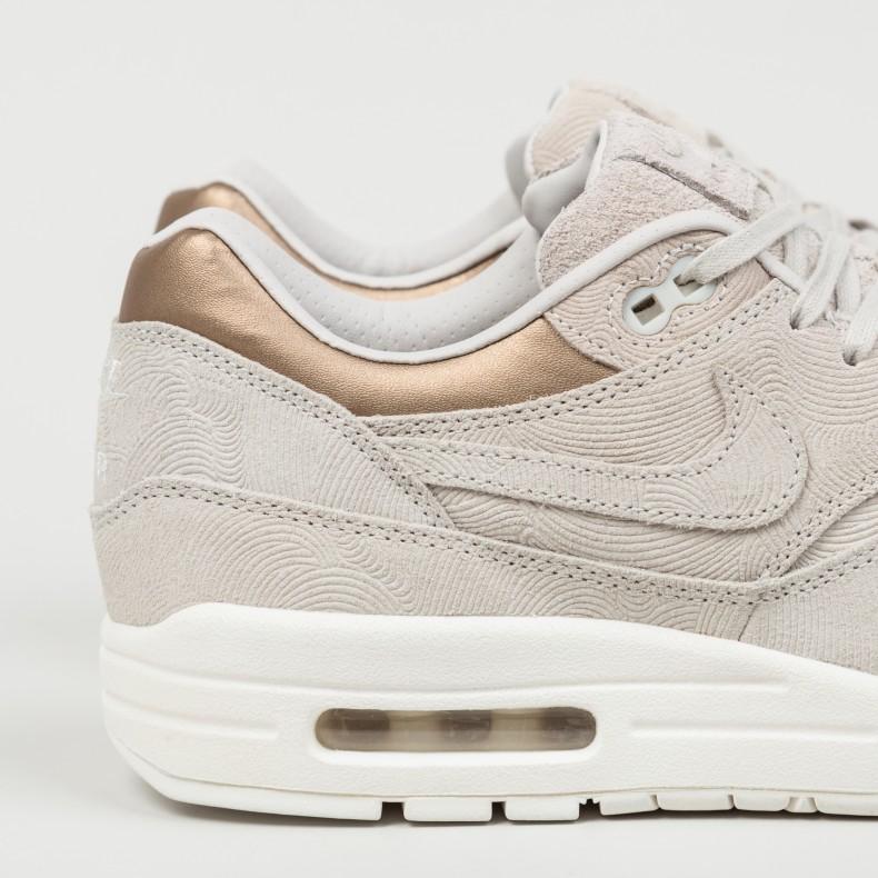 Nike Wmns Air Max 1 PRM (Gamma Grey Gamma Grey Metallic Golden Tan)